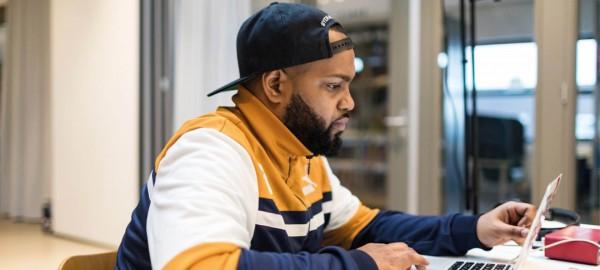 Bereik jongeren met een gratis workshop van rapper Crooks